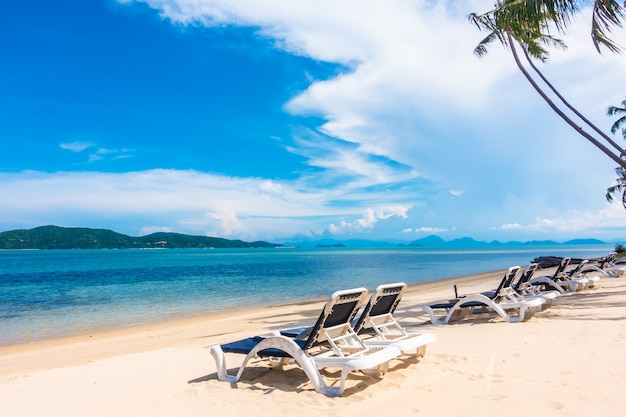 Schöne aussicht im freien mit sonnenschirm und stuhl am strand und meer