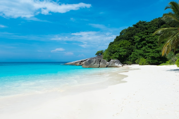 Schöne aussicht mit blauem himmel und wolken, blauem meer und weißem sandstrand auf similan-insel