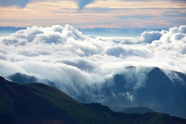 Schöne aussicht über den wolken in den bergen
