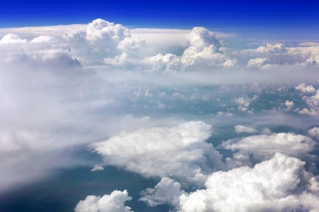 Schöne aussicht über der erde auf die wolken unten.