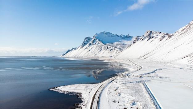 Schöne aussicht und winterlandschaft mit schneebedeckten bergen in island.