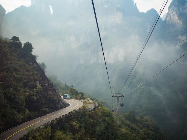 Schöne aussicht von der seilbahn auf den tianmen berg