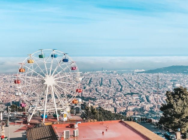 Schöne aussicht von der spitze des berges tibidabo, barcelona. reisen in spanien. konzept von tourismus und freizeit.