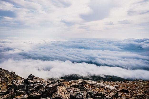 Schöne aussicht von der spitze eines berges von einem wolkenmeer.