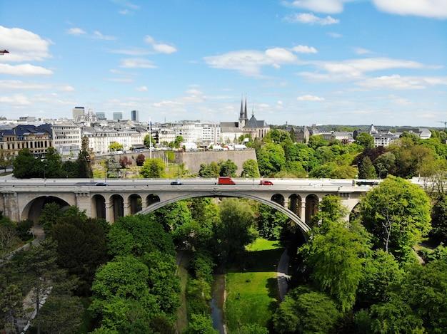 Schöne aussicht von oben, luxemburg. die hauptstadt des königreichs luxemburg. kleines europäisches land mit großer kultur und außergewöhnlichen landschaften.