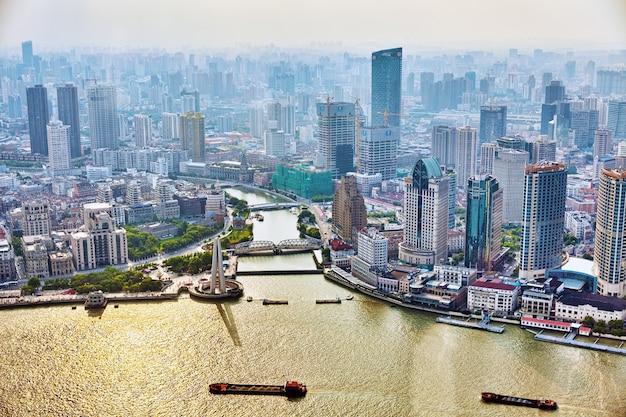 Schöne aussichtswolkenkratzer, ufergegend und stadtgebäude von pudong, shanghai, china.