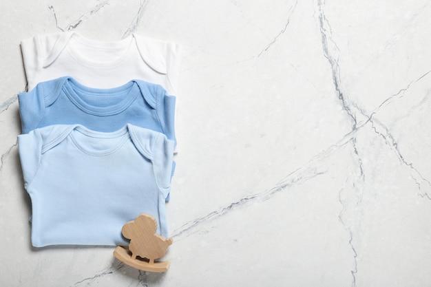 Schöne babykleidung und accessoires. platz für text