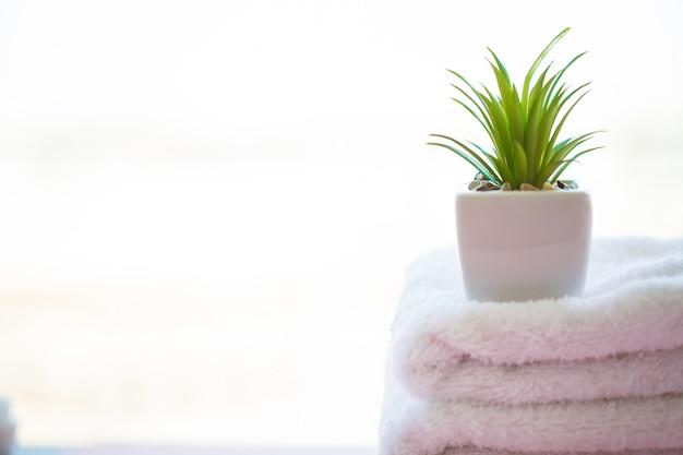 Schöne badekurort-zusammensetzungs-weiße tücher auf rosa tabelle