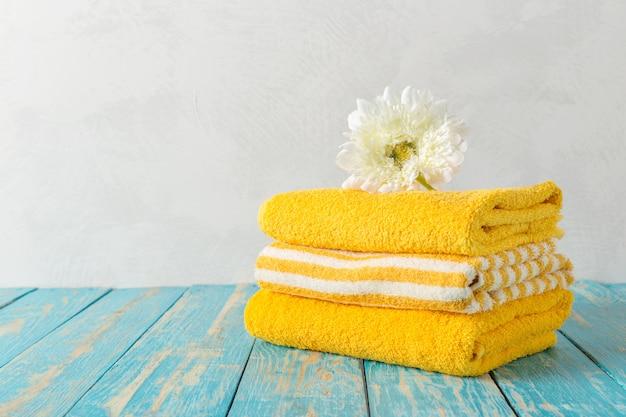 Schöne badekurortzusammensetzung auf holztisch mit blumen