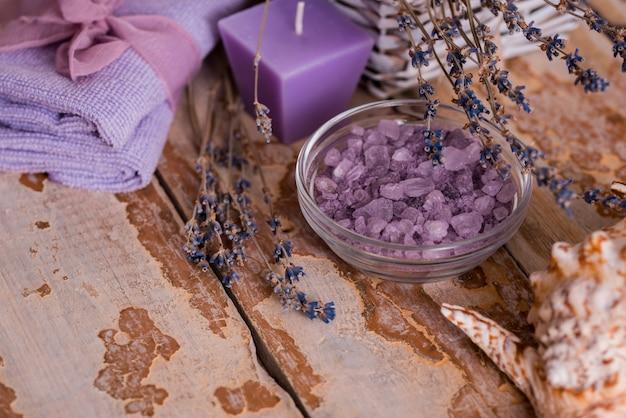 Schöne badekurortzusammensetzung mit lavendel auf tabelle