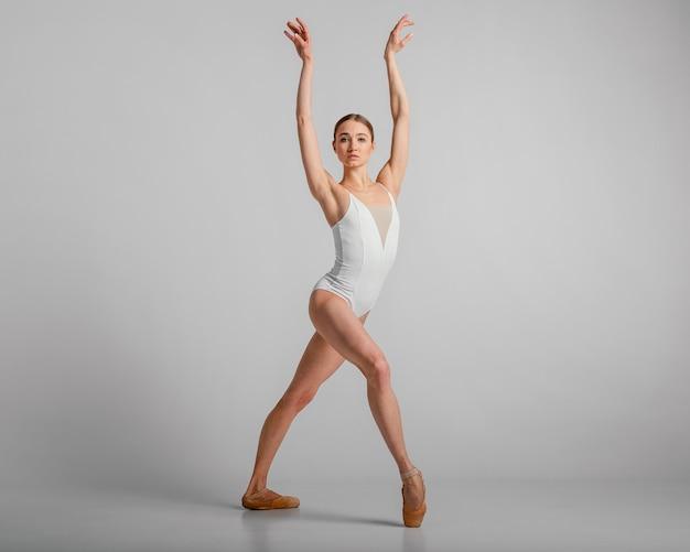 Schöne ballerina, die vollen schuss aufwirft