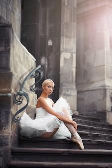 Schöne ballettfrau auf der treppe