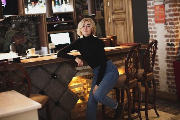 Schöne barkeeperin in der bar