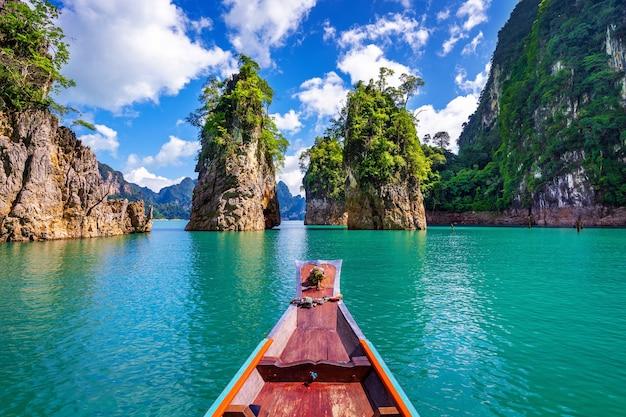 Schöne berge im ratchaprapha-damm am khao sok-nationalpark, provinz surat thani, thailand.