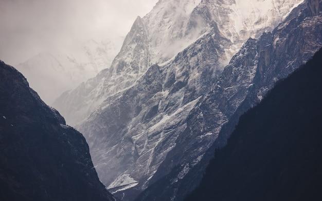 Schöne berge mit schnee bedeckt