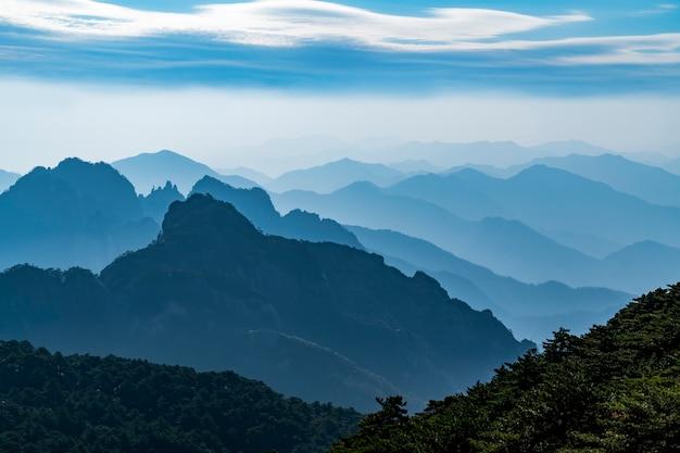 Schöne berge und flüsse im berg huangshan, china