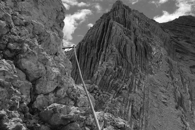 Schöne berge und hügel in schwarz und weiß geschossen