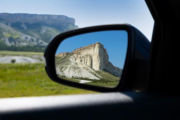 Schöne berge, white rock, wildtiere im rückspiegel des autos. foto in hoher qualität
