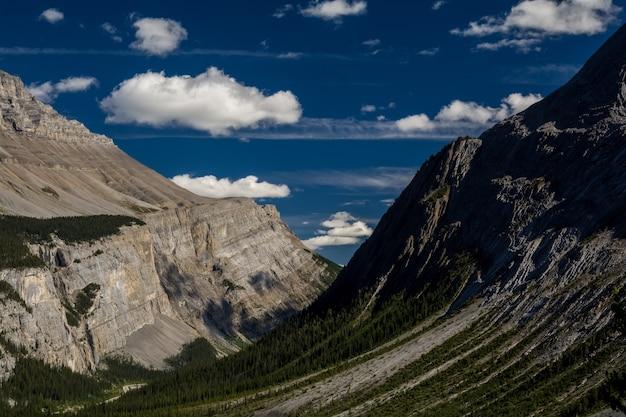 Schöne bergkette. kanadische berge, blauer himmel und wolken