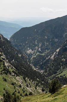 Schöne berglandschaft an einem sonnigen tag