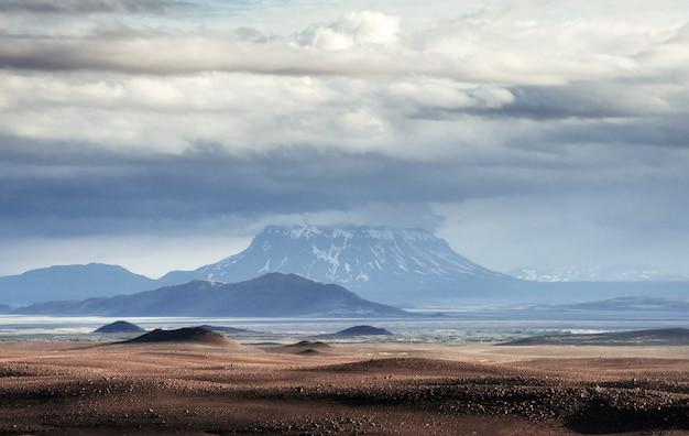 Schöne berglandschaft in island mit vulkan
