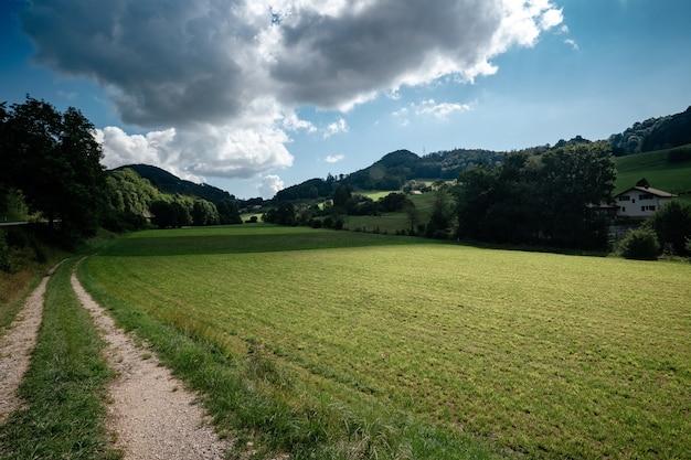 Schöne berglandschaft mit ländlichem pass in der schweiz