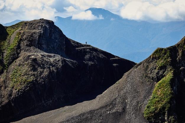 Schöne berglandschaft mit strahlend blauem himmel. nordkaukasus.