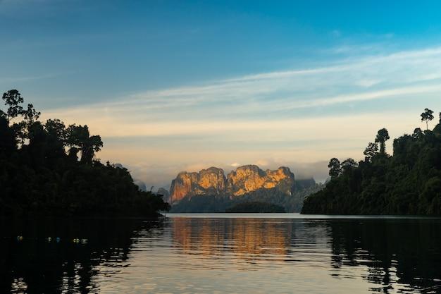 Schöne berglandschaft und reflexion auf wasser in ratchaprapa-verdammung und in cheow larn lake