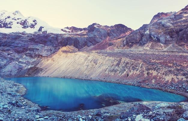Schöne berglandschaften in cordillera blanca, peru, südamerika