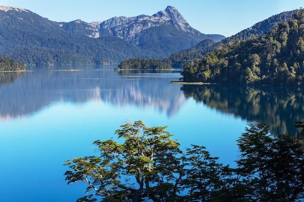 Schöne berglandschaften in patagonien. gebirgssee in argentinien, südamerika.