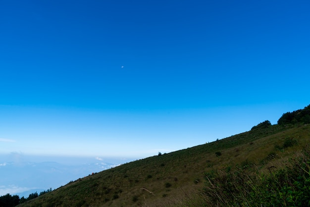Schöne bergschicht mit wolken und blauem himmel am kew mae pan nature trail in chiang mai, thailand