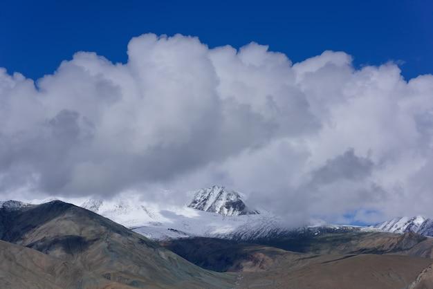Schöne bergschneespitzenlandschaftsansicht in kaschmir, indien