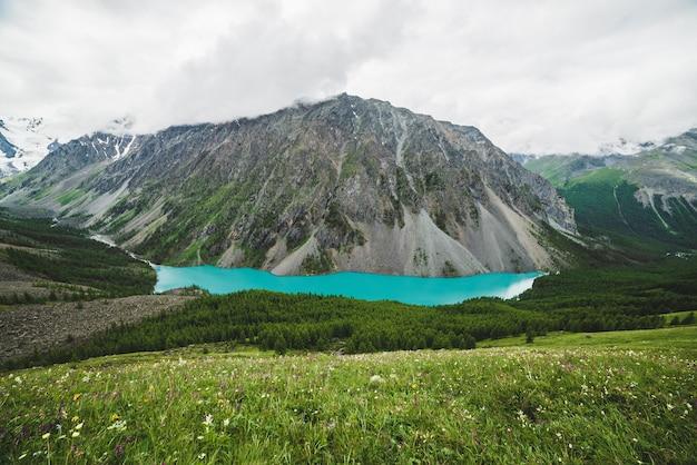 Schöne bergseelandschaft
