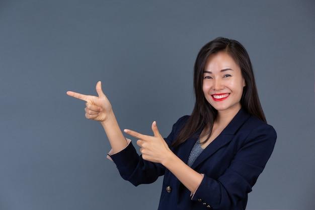 Schöne berufstätige frauen zeigen ihre gefühle mit mimik und gesten.