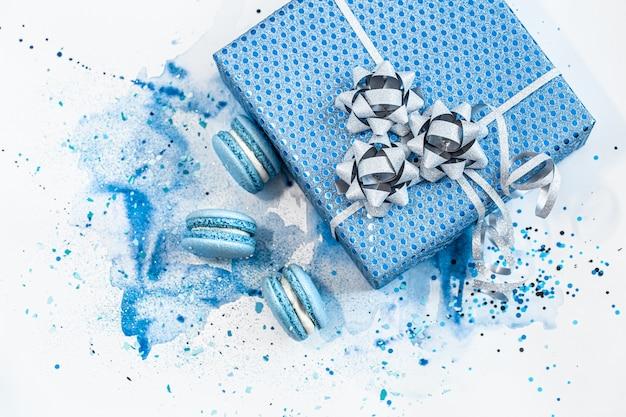 Schöne blaue geschenkbox auf aquarell, stilvoll kreativ.