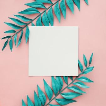 Schöne blaue grenze verlässt auf rosa hintergrund mit leerem rahmen
