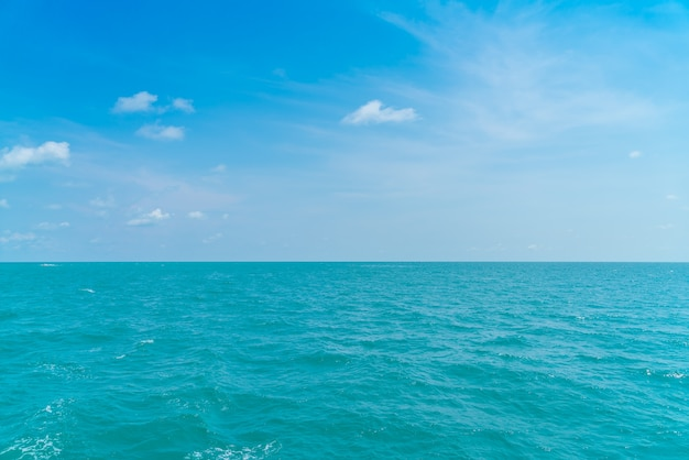 Schöne blaue himmel und meer