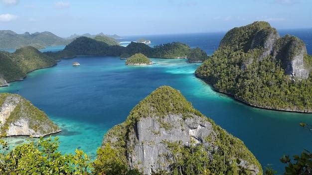 Schöne blaue lagune umgeben durch grüne felseninsel