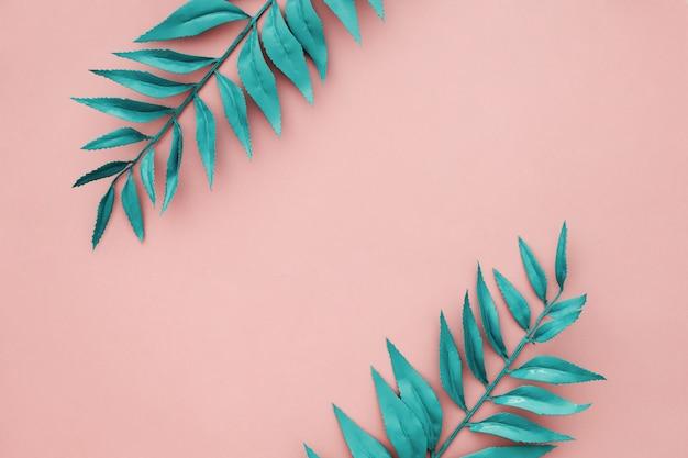 Schöne blaue randblätter auf rosafarbenem hintergrund