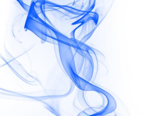 Schöne blaue rauchzusammenfassung auf weißem hintergrund, tintenwasser