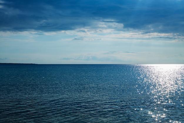 Schöne blaue seelandschaft