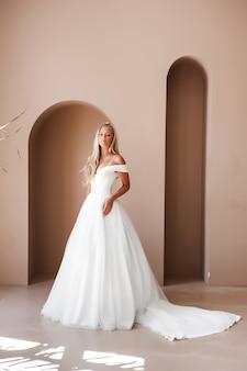 Schöne blonde braut in einem hochzeitskleid