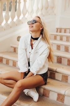 Schöne blonde dame, die durch die stadt dubai emirate bereist