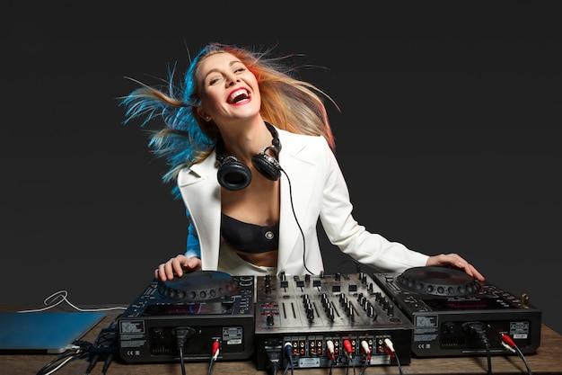 Schöne blonde dj-mädchen auf decks - die party,