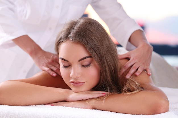 Schöne blonde frau, die eine massage erhält