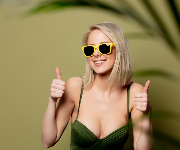 Schöne blonde frau im bikini