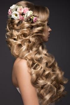 Schöne blonde frau im bild der braut mit blumen. beauty gesicht und frisur