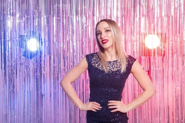 Schöne blonde frau im disco-club.