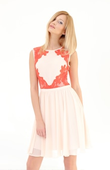 Schöne blonde frau im kleid