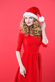 Schöne blonde frau in der weihnachtsmütze. schönheit, mode und feier.